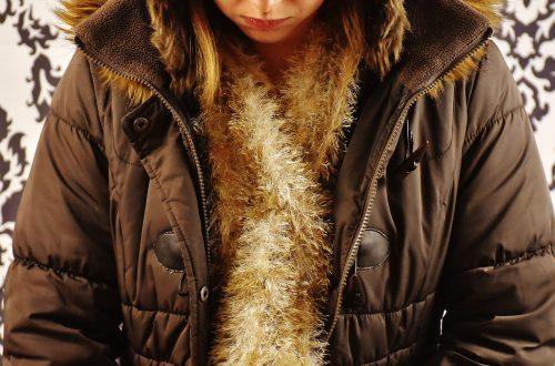doudoune marron et foulard or
