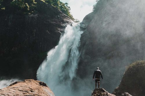 Chute d'eau splendide en voyage au Sri Lanka